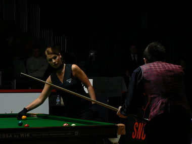 Micheala Tabb looking at Mark Selby to confirm that the ball is reset correctly.